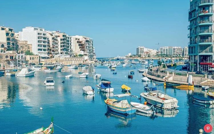 """Malta: Mặc dù là một trong những điểm thu hút khách du lịch nổi tiếng nhất của Malta, cửa sổ Azure, đã rơi xuống biển vào đầu năm nay, số lượt du khách đến đây vẫn tăng 23%. Nơi đây đã trở thành một địa điểm phổ biến để quay các bộ phim nổi tiếng, bao gồm """" Võ sĩ giác đấu"""", """"Thuyền trưởng Phillips"""" và cả """"Mật mã Da Vinci""""."""