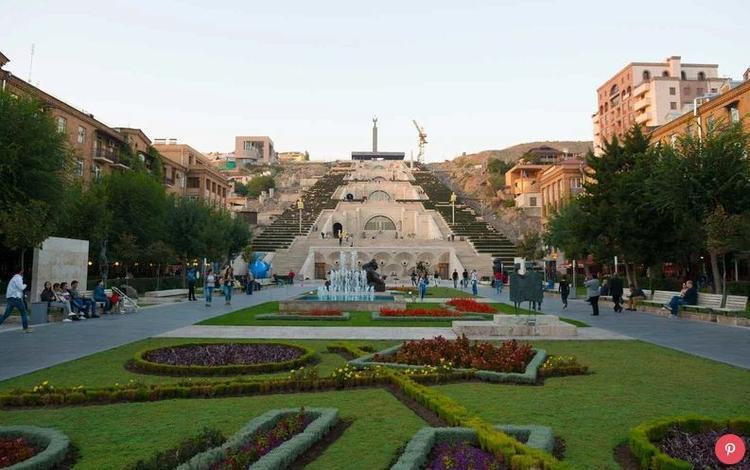 Armenia: Trong suốt hơn 3.000 năm lịch sử, Armenia luôn bị khủng hoảng bởi xung đột. Tuy nhiên, ngày nay, khi tình hình đất nước ổn định hơn, nó đã đạt mức 18% tăng trưởng về du lịch trong năm qua. Bởi vì đây là quốc gia Cơ Đốc giáo đầu tiên trên thế giới, nhiều điểm tham quan phổ biến nhất ở đây là các tu viện có niên đại đến hàng ngàn năm.