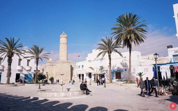 Tunisia đang phục hồi khá nhanh sau cuộc tấn công khủng bố năm 2015. Năm ngoái, quốc gia này đạt mức tăng 33% lượng khách du lịch. Nơi đây trở nên hấp dẫn du khách với các khu nghỉ mát, bãi biển và khu bảo tồn di tích cổ xưa.