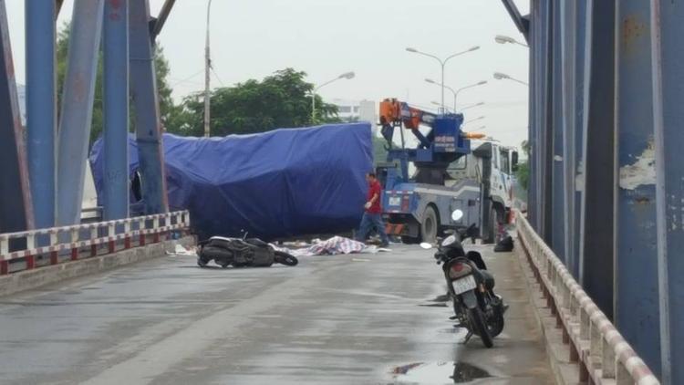 Hiện trường nơi xảy ra vụ xe tải lật nghiêng đè chết người.