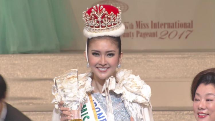 Khoảnh khắc đăng quang của Hoa hậu Indonesia.