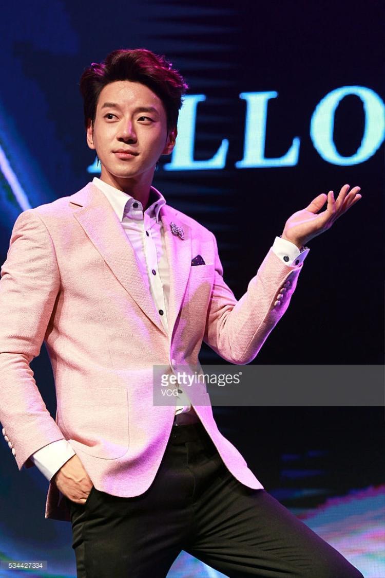 """Hwang Chi Yeol vẫn luôn khẳng định đẳng cấp """"nghệ sĩ"""" của mình và duy trì độ phủ sóng rộng rãi với truyền thông và công chúng. Hiện nam ca sĩ đang làm giám khảo trong show The Unit."""