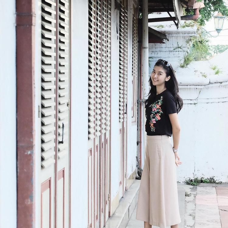 Quần culottes cùng áo phông thêu họa tiết, vừa trẻ trung, năng động mà rất hợp với lứa tuổi 21 của tân hoa hậu.