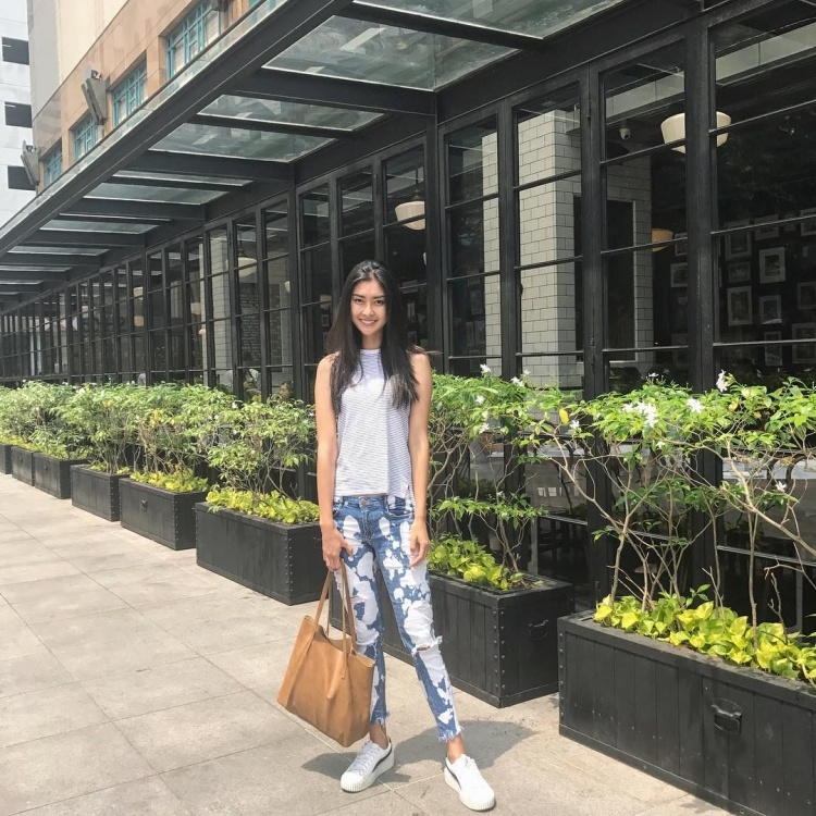 """Hay năng động, trẻ trung trong outfit áo suông kèm quần jeans wax sáng tôn lên chiều cao """"chuẩn"""" -1,77 m."""
