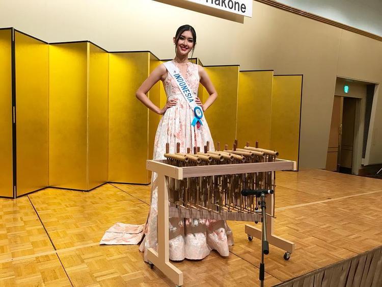 Tân hoa hậu Miss International 2017 chọn trang phục phù hợp với phần thi tài năng của cô.