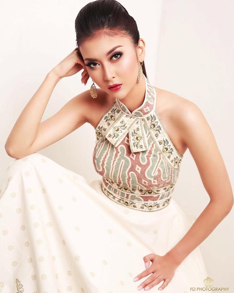 Vẻ đẹp Á đông của tân hoa hậu hoàn toàn được tôn lên khi diện mẫu đầm mang cảm hứng họa tiết dân tộc.