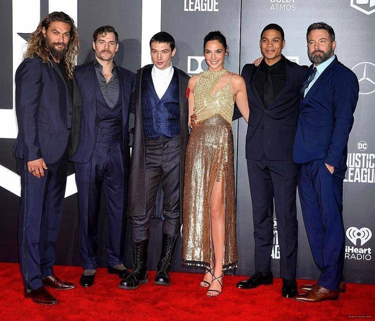 Từ trái sang phải: Jason Momoa, Henry Cavill, Ezra Miller, Gal Gadot, Ray Fisher và Ben Affleck