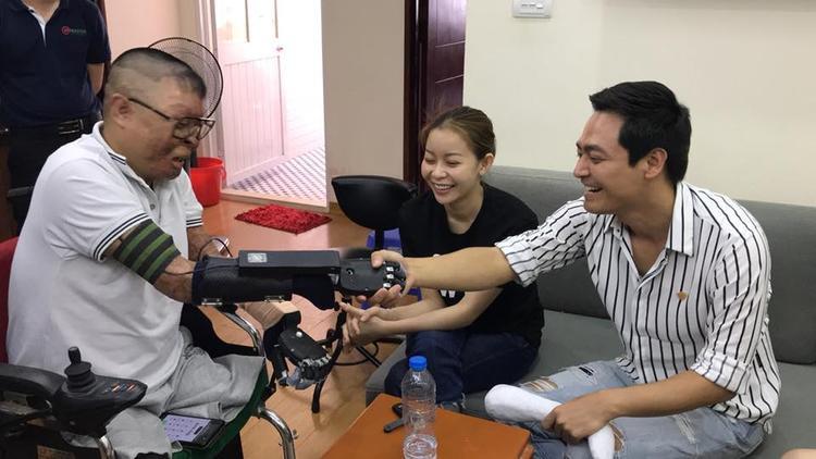Anh Dương vui mừng bắt tay MC Phan Anh bằng tay giả. Ảnh: Nguyễn Quyết