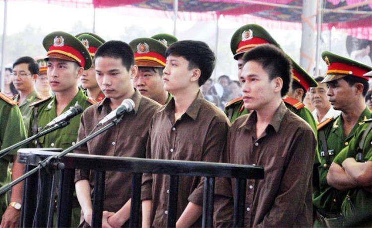 Tử tù Nguyễn Hải Dương (giữa) cùng tử tù Vũ Văn Tiến bên trái và đối tượng Trần Đình Thoại