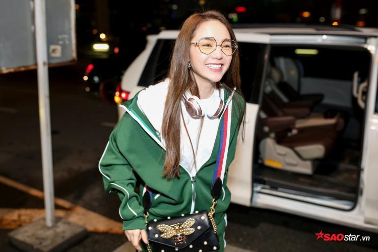 Minh Hằng xuất hiện tại sân bay với bộ trang phục trẻ trung, năng động.