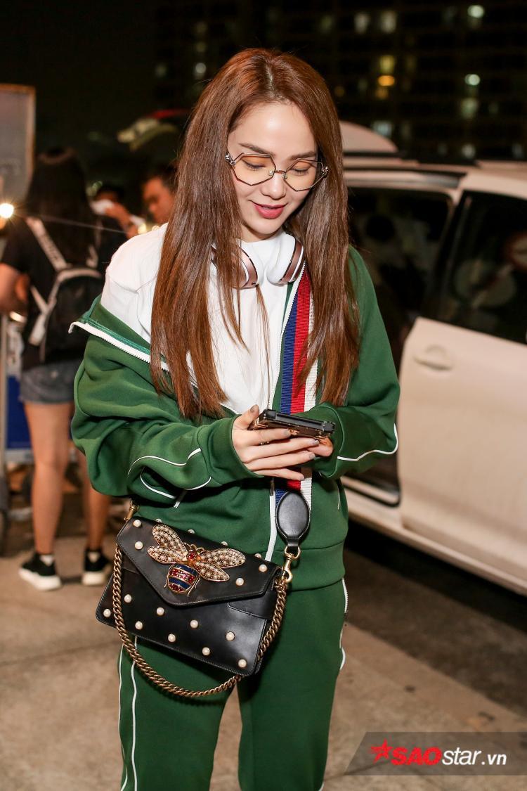 Người đẹp liên tục bận rộn với những cuộc điện thoại công việc.