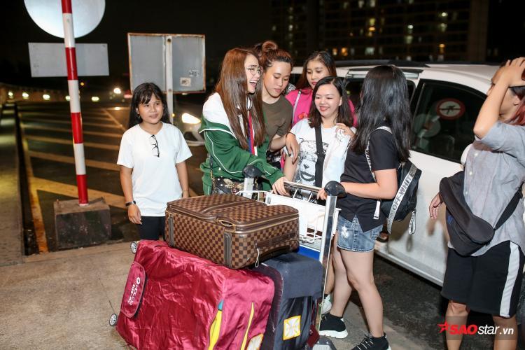 Dù giờ bay của Minh Hằng khá trễ nhưng nhiều bạn fan của cô vẫn cố gắng thu xếp thời gian để đi tiễn thần tượng.