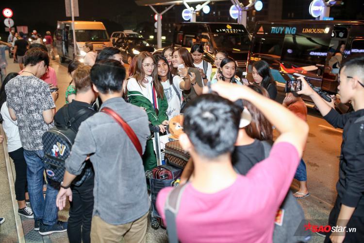 Sự xuất hiện của Minh Hằng tại sân bay thu hút sự quan tâm của báo chí và nhiều người có mặt tại đây.