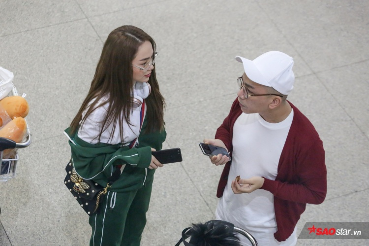 Minh Hằng diện trang phục năng động, cười tít mắt chụp ảnh cùng người hâm mộ
