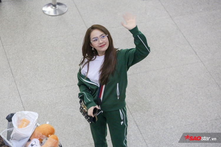 Minh Hằng vẫy tay chào mọi người trước khi vào check in hành lý, làm thủ tục hải quan.