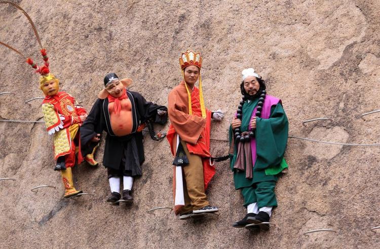 Những người leo núi khác đã chúc phúc cho cặp đôi này bằng cách hoá trang và mặc trang phục theo nhân vật trong loạt phim về thầy trò Đường Tăng.