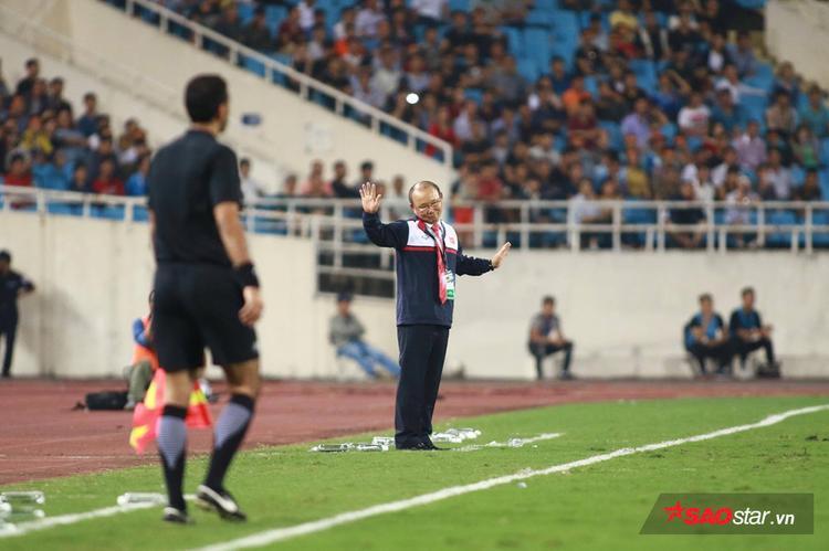 Hành động và biểu cảm thú vị của HLV Park Hang Seo khi tiếng còi hiệp 1 kết thúc. Có thể thấy, ông chưa thật sự hài lòng với các học trò.