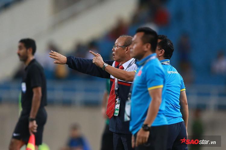 """HLV người Hàn Quốc Park Hang Seo là tâm điểm của sự chú ý trong trận đấu giữa tuyển Việt Nam và Afghanistan bởi đây là màn ra mắt của ông cho đội tuyển quốc gia hình chữ S. Trái với vẻ ngoài có phần """"ngáy ngủ"""", ông Park có ngọn lửa nhiệt huyết cháy rực. Ông liên tục hò hét, chỉ đạo, động viên các học trò cùng các trợ lý."""