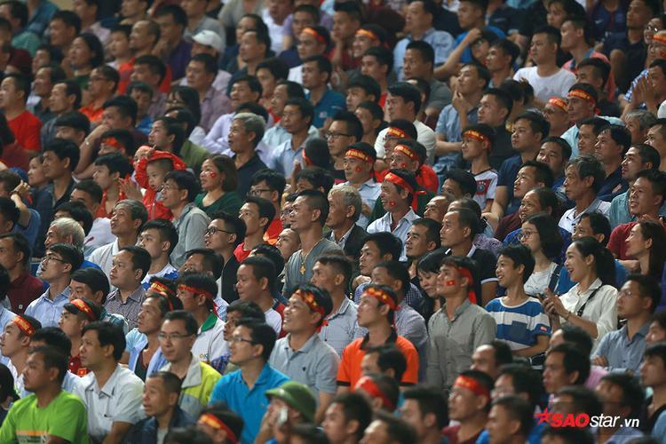Hàng chục nghìn CĐV Việt Nam trên sân Mỹ Đình tạm hài lòng với màn ra mắt chưa trọn vẹn của tân HLV Park Hang Seo.