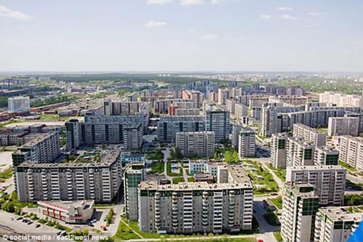 Cô bé 12 tuổi bị bắt cóc và bị đưa đến một căn hộ ở quận Chkalovsky của Ekaterinburg, Nga, nơi bị hãm hiếp.