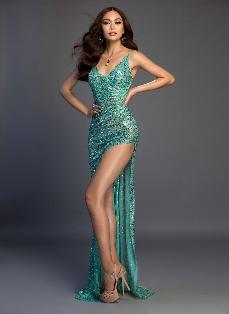 Những thiết kế xẻ cao, khoe khéo đôi chân thẳng tắp đồng thời làm tôn lên làn da ngăm khỏe khoắn được cho là phù hợp nhất với người đẹp sinh năm 1992.