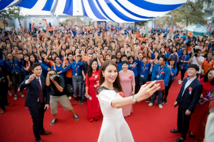Sáng 14/11,Phạm Hương tiếp tục chuỗi hoạt động của mình tại một trường Đại học. Tại đây, cô đại diện Hiệp hội trao 300 triệu đồng học bổng tiếng Nhật dành cho học sinh và giảng viên của trường.