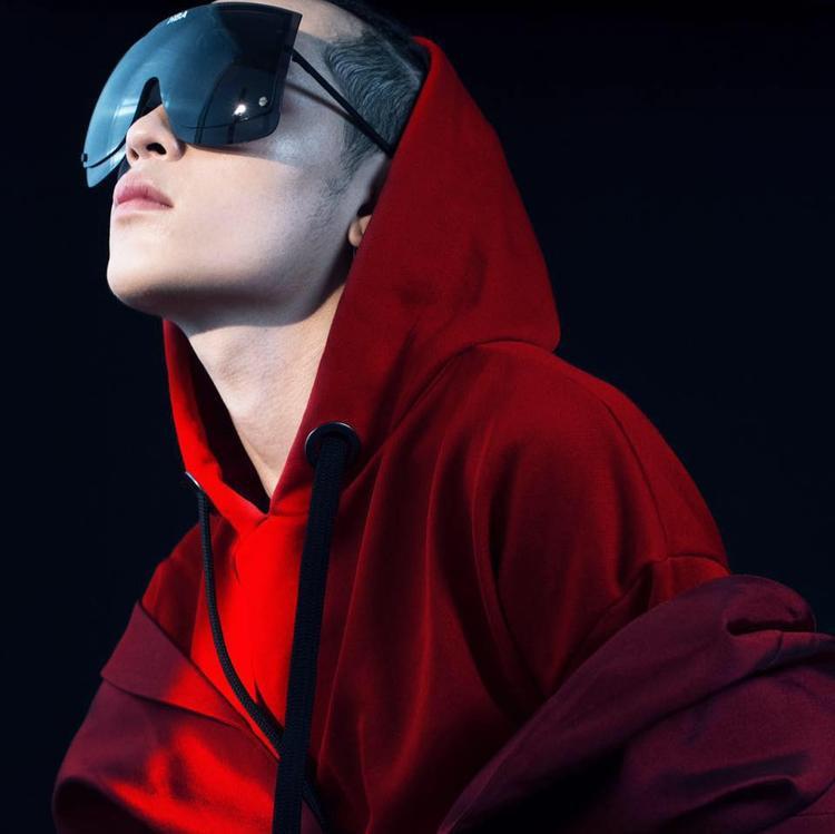 Chiếc kính có thiết kế cực lạ mắt mang dáng dấp của tương lai này là sự kết hợp giữa Hood By Air x Gentle Monster. Chiếc kính có giá 400$.