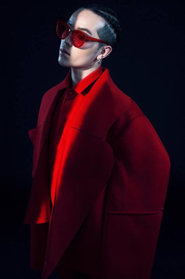 Kelbin kết hợp áo khoác ton sur ton với chiếc kính đỏ.