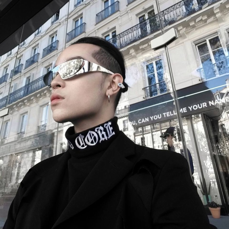 Kính Dior by Rihanna được Kelbin diện cùng áo cổ lọ và áo khoác đen trông cực ngầu. Chiếc kính có giá đắt đỏ 650$.