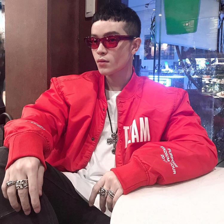 Chiếc kính đỏ của Ambushdesign. có giá 250$. Kelbin rất chuộng các kiểu kính màu đỏ và luôn kết hợp ăn rơ với quần áo.