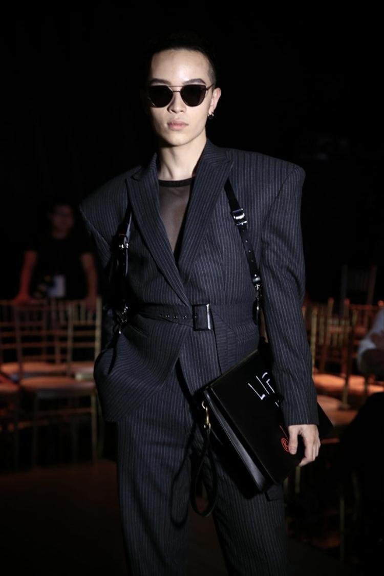 Kính Gentle Monster với phần mắt kính đen được Kelbin kết hợp ăn ý với vest tạo phong cách ấn tượng. Chiếc kính này có giá 290$.