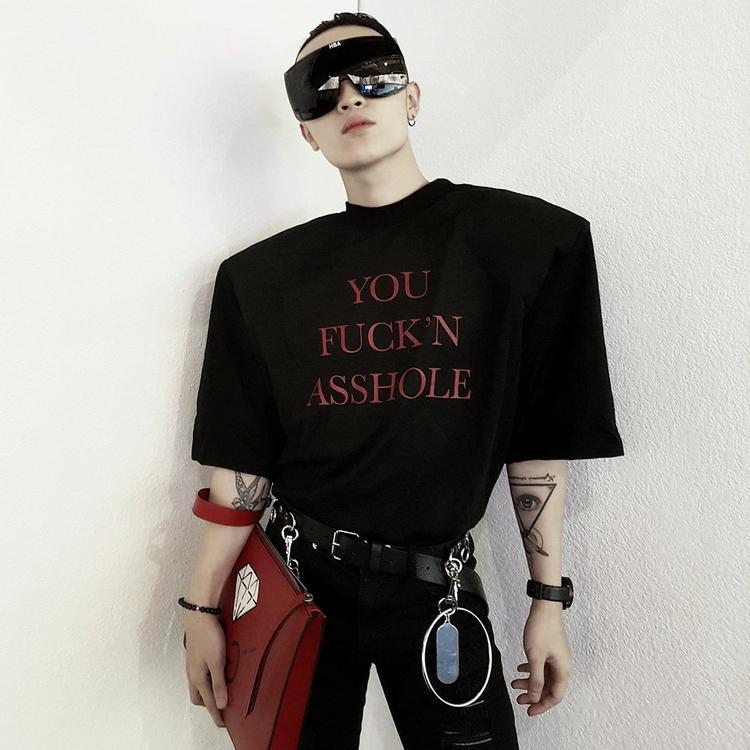 Kelbin diện chiếc kính lạ mắt này với áo độn vai nhìn rất ra chất high fashion.