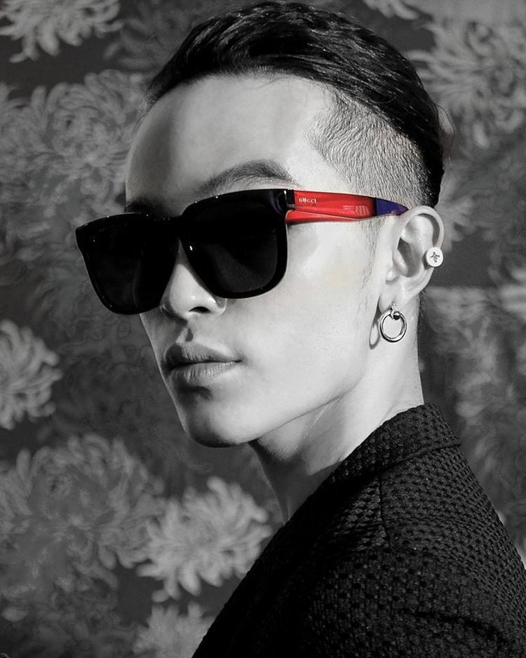 Chiếc kính mắt vuông với gọng kính nổi bật hai màu xanh đỏ này là cũng là của Gucci, được bán với giá 350$.
