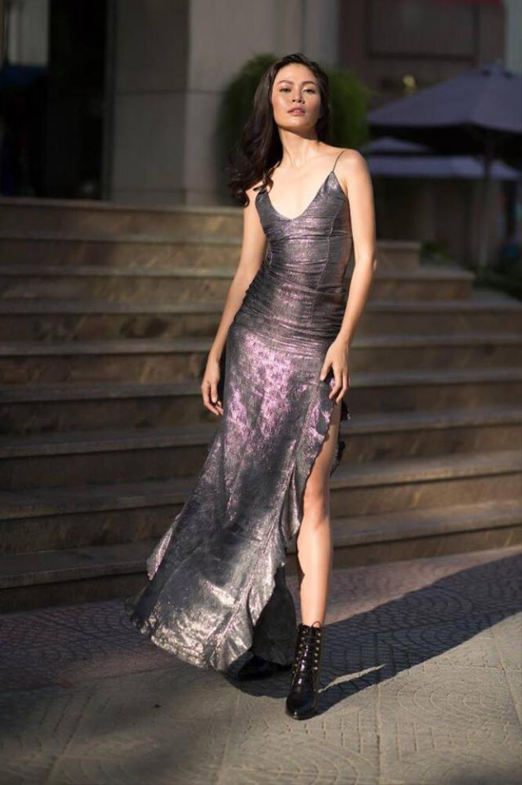 Mâu Thủy ưa chuộng những thiết kế gợi lên nét quyến rũ, nhẹ nhàng nhưng dễ ứng dụng. Người đẹp chọn phối váy hai dây chất liệu bóng nhẹ nhàng với boots da cá tính nhằm tạo nên tổng thể ấn tượng.