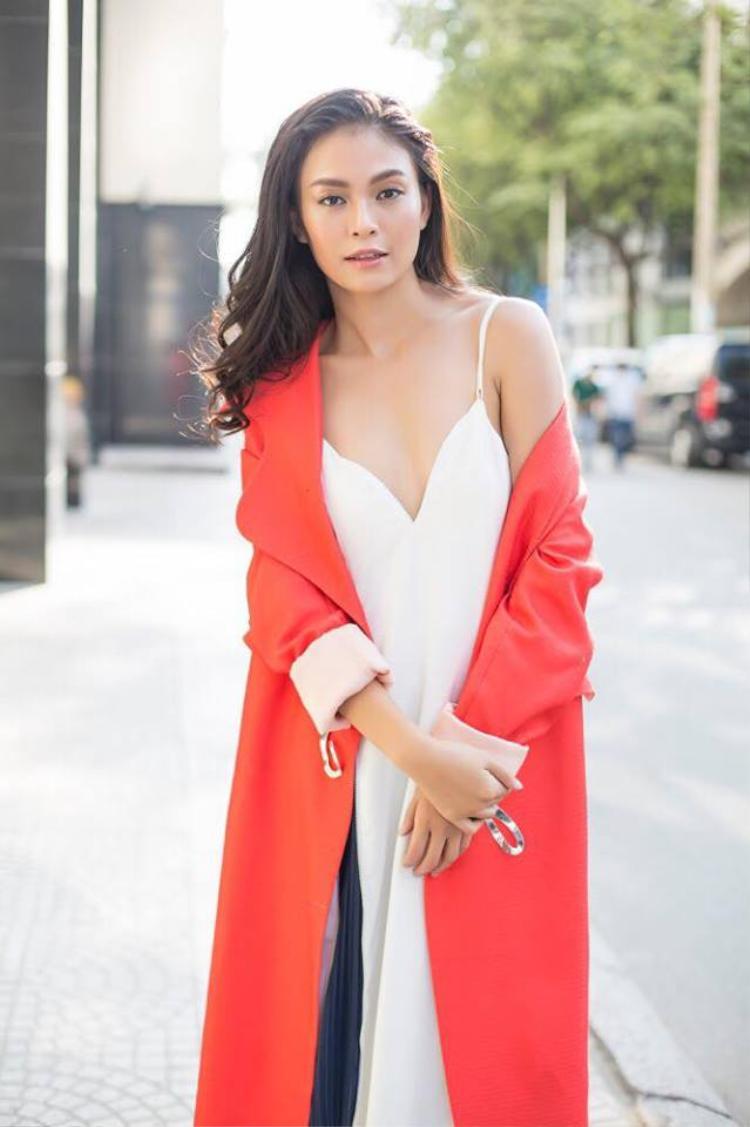 Cùng lựa chọn áo khoác màu sắc nổi bật làm điểm nhấn, nhưng cách lựa chọn chất liệu mềm mại của Mâu Thủy lại đem đến hình tượng dịu dàng, dễ ứng dụng hơn.