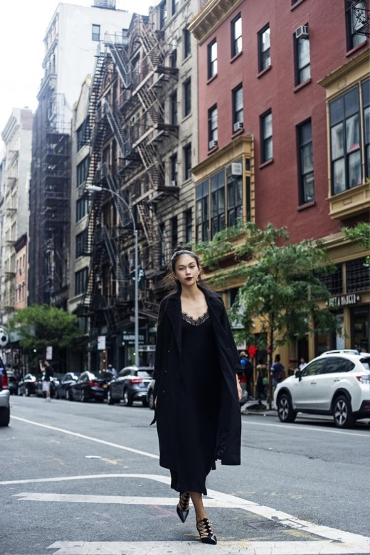 Hay sang trọng với áo măng tô dáng dài đi cùng váy ngủ ren slip dress trên đường phố New York.