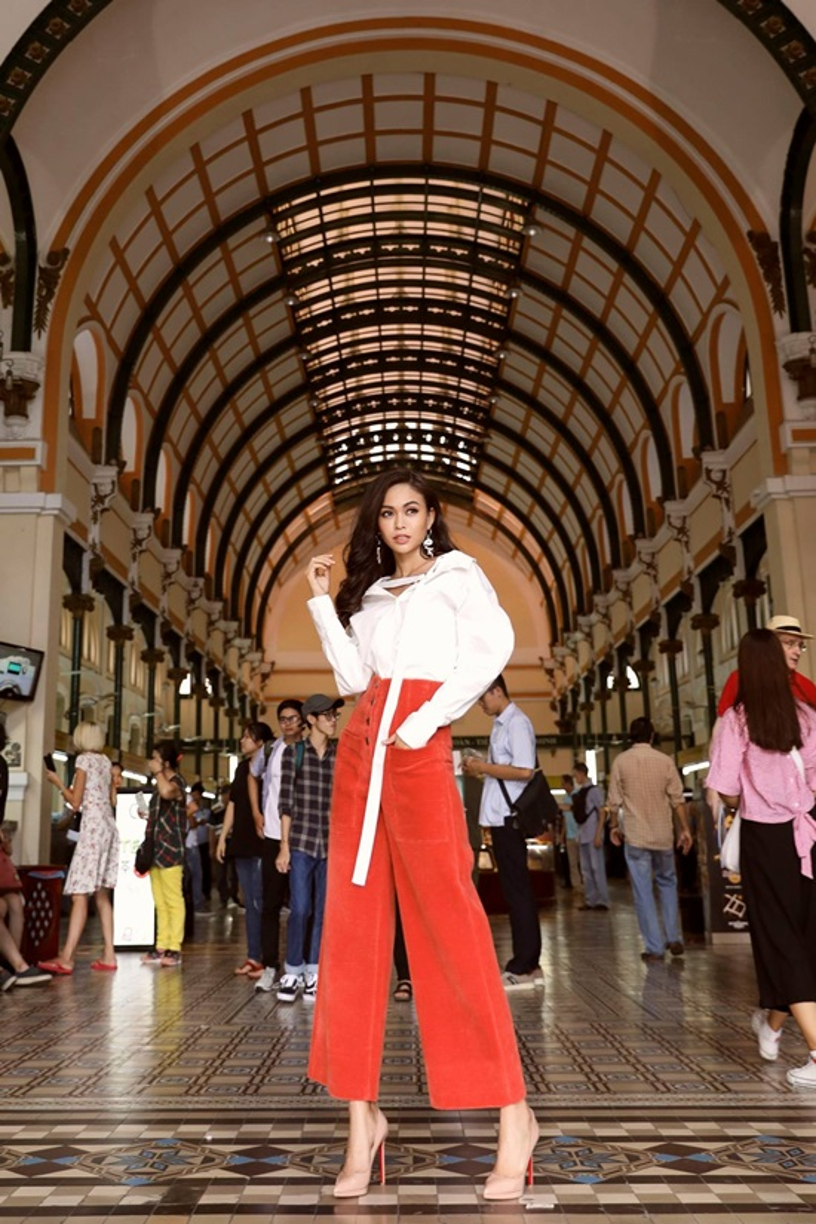 Hay quần culottes tông đỏ rực rỡ được làm đơn giản lại bằng chiếc áo sơ mi trắng cách điệu thể hiện nét trẻ trung, năng động.