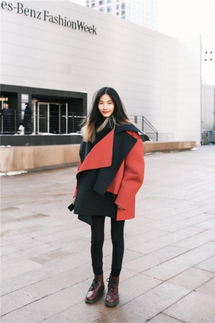 Áo khoác form rộng, bất đối xứng với gam màu đỏ nổi bật…