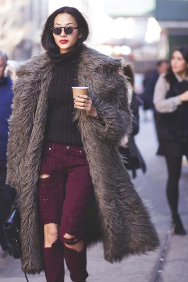 Nếu áo khoác lông, đi cùng áo len cổ lọ và quần jeans rách, kính mát lạ mắt đem đến cho Hoàng Thùy cái nhìn ấn tượng, cá tính.