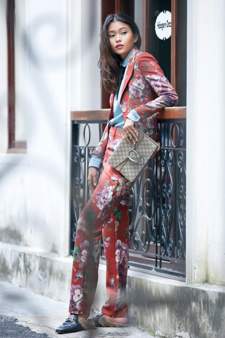 Cả cây vest hoa nổi bật đi cùng clutch Gucci đắt giá đem đến cái nhìn nữ tính cho ứng cử viên Miss Universe năm nay.