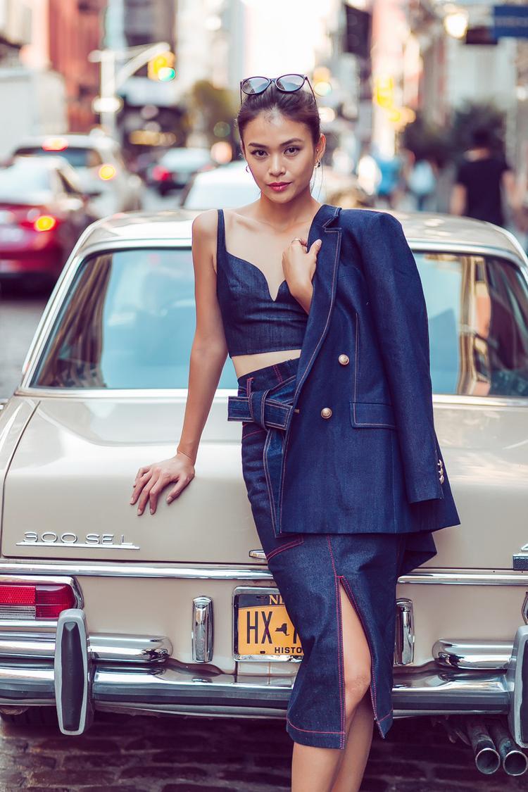 Hay sexy, gợi cảm như cách phối cả cây jeans xu hướng denim on denim của quán quân next top 2013 cũng đáng được học tập.