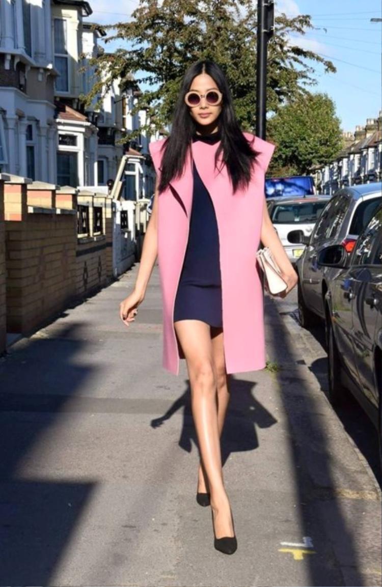 Hay hồng hotpink xu hướng. Có thể thấy, những chiếc áo khoác màu sắc, form rộng, oversize luôn là một trong những items yêu thích của chân dài xứ Thanh.
