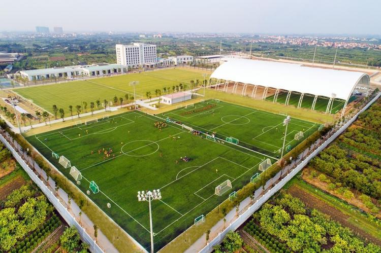 PVF có hệ thống sân thi đấu và sân tập tiểu chuẩn quốc tế gồm 04 sân cỏ tự nhiên, 03 sân cỏ nhân tạo chất lượng FIFA, trong đó có sân cỏ bóng đá fullsize trong nhà đầu tiên xuất hiện tại Việt Nam.