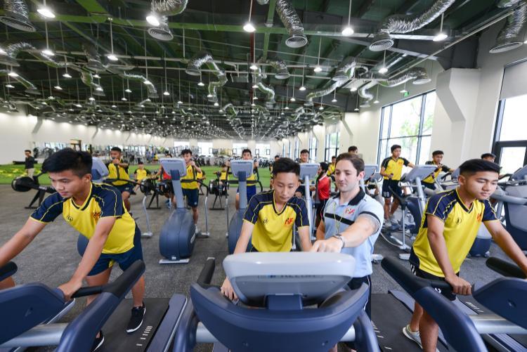 Về thể lực, nhằm góp phần khắc phục những điểm yếu về thể lực và thể hình của người Việt cũng như phục hồi chấn thương đảm bảo sức khỏe tốt nhất cho các cầu thủ trẻ - Vingroup cũng đã đầu tư cho PVF Hưng Yên một tổ hợp khoa học thể thao hiện đại hàng đầu thế giới.