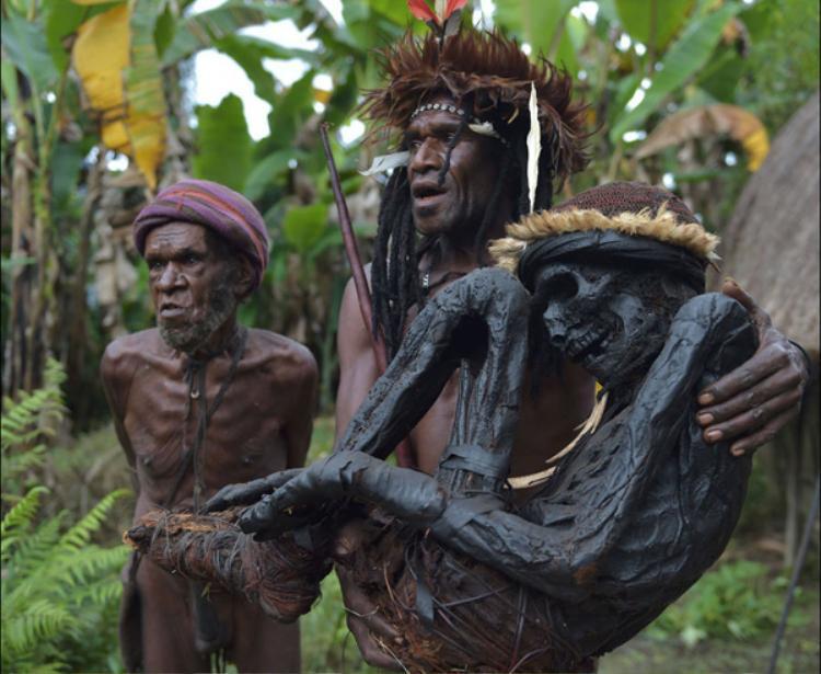 Người dân Dani sống ở phía Tây đảo New Guinea, Indonesia, thường có tập tục hun khói thi thể những người đã khuất để bảo quản xác của tổ tiên. Dù không cần thuốc hay hóa chất ướp xác nhưng sau cả trăm năm, những xác ướp này hầu như vẫn còn nguyên vẹn.