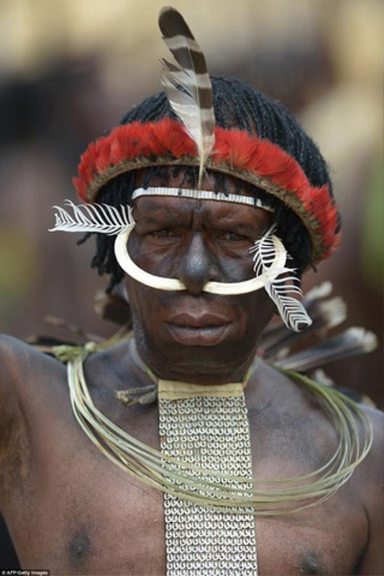 """""""Chúng tôi phải bảo vệ nền văn hóa của bộ tộc mình bao gồm các nghi lễ cho các xác ướp, tôn trọng và duy trì chúng bằng cách tiếp tục hun lửa"""", một người dân thuộc bộ tộc Dani nói."""