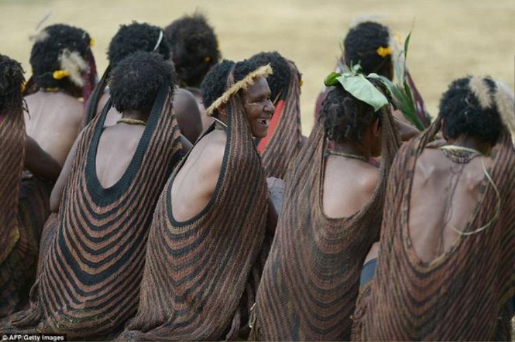Trang phục truyền thống của người phụ nữ của bộ tộc Dani.