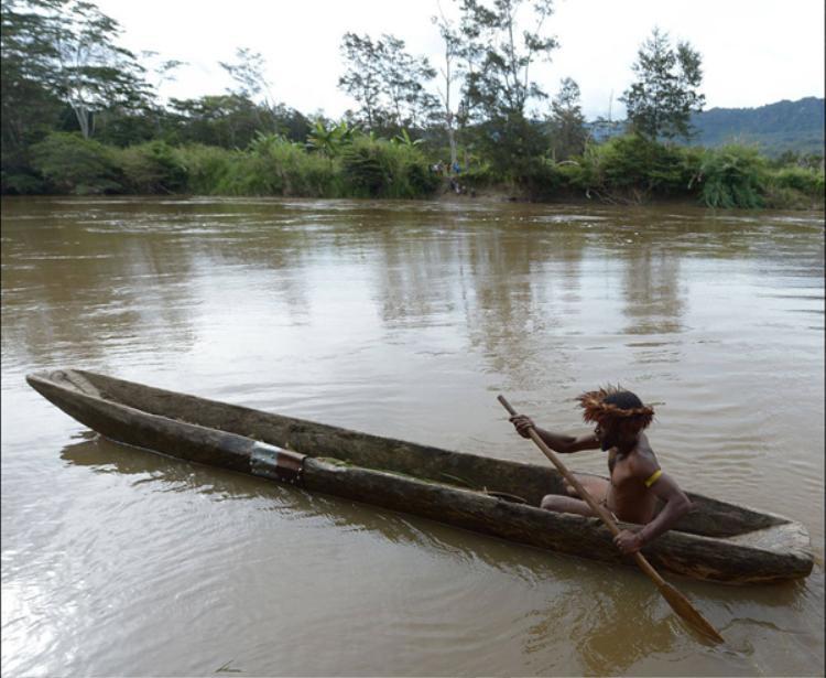 Người Dani cổ sống ở phía Tây đảo New Guinea, Indonesia, bị cắt đứt liên hệ với thế giới bên ngoài cho đến thế kỷ 20. Họ sống nằm trong thung lũng Baliem, nơi này bị ngăn cách bởi các dốc núi, thung lũng và rừng rậm dày đặc của vùng cao nguyên.
