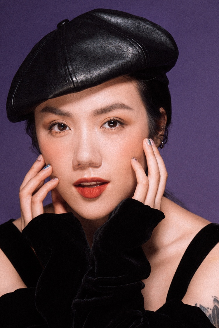Xuất thân là một ca sĩ được đào tạo bài bản và có gia đình theo truyền thống ca hát nhưng Phương Ly lại bén duyên với hình ảnh hotgirl, fashionista.