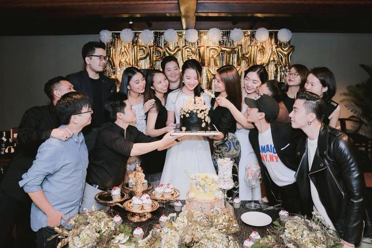 Ảnh sinh nhật bạn bè của Primmy chia sẻ đều có sự xuất hiện của Phan Thành.
